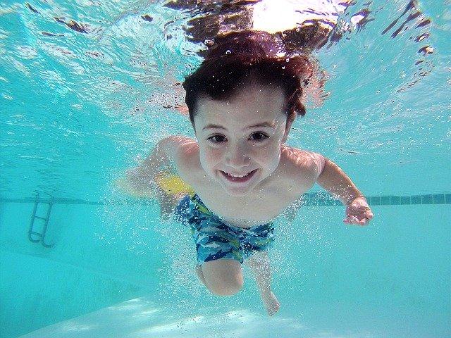 Enfant joue dans la piscines